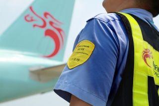 完成飞机短停检查,汗水渗透衣背,始终不变的是坚持。