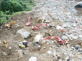 8月29日,救援人员与工程机械在现场进行搜救。