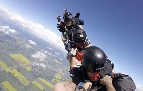 加拿大特技跳伞者花式跳伞 场面惊险令人叫绝