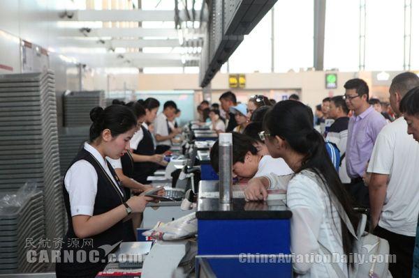 南航新疆326名志愿者助力旺季 服务旅客6.5万人次