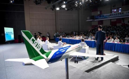 国产大飞机机组亮相 致谢首飞当天被滞留乘客