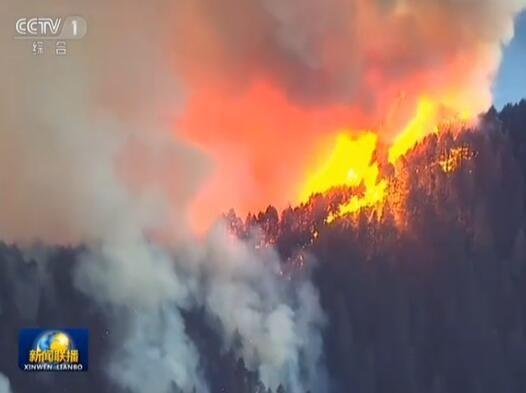 美国西部遭80多起山火肆虐 超级飞机出动灭火
