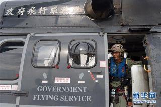 在香港特区政府飞行服务队基地,飞行服务队成员莫景扬关上飞机舱门(9月6日摄)。