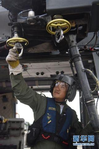 在香港特区政府飞行服务队基地,服务队成员廖贵兴检查绞车装置(9月6日摄)。