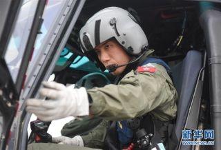 在香港特区政府飞行服务队基地,飞行服务队飞行员李嘉荣关上驾驶舱门(9月6日摄)。