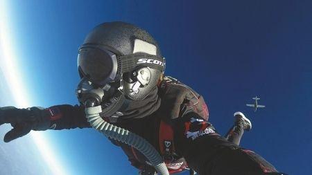 成都民间专业跳伞教练:5年跳伞500次