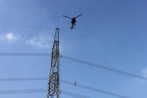 南方电网成功进行运行线路直升机带电作业