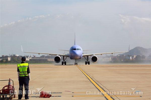 长龙航空注册号为B-8593的全新空客A320客机,机身喷绘有诗画浙江江南清新秀美形象。