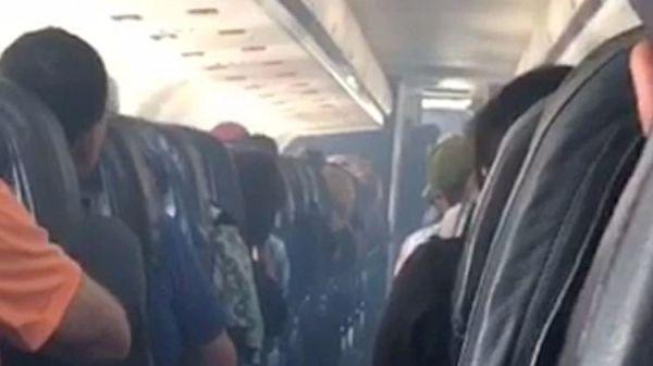飞机滑行时客舱突现烟雾 航企称机械故障导致