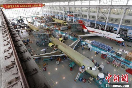 6架国产ARJ21飞机在上海同时总装