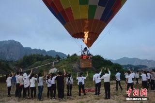 """""""女飞人""""湖南平江挑战210米超低空跳伞。"""