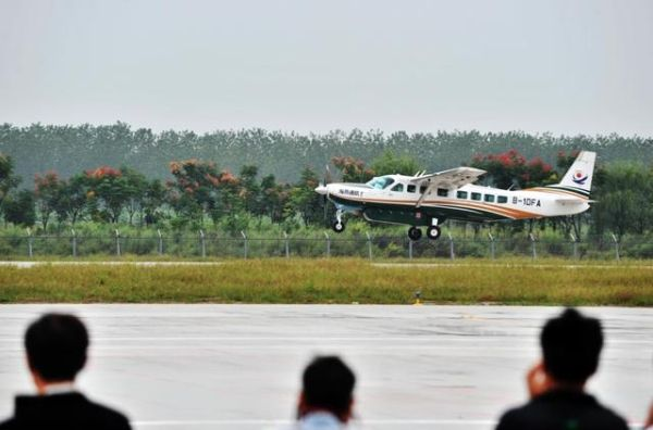 武汉汉南通航机场二期跑道成功试飞