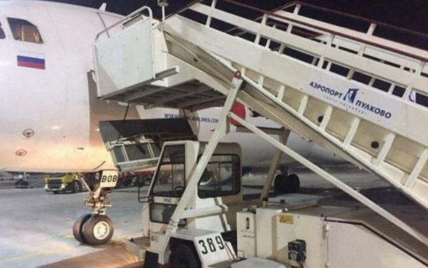 飞机舷梯突然倒塌  母子下机时摔到地面受重伤