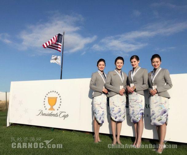 民航资源网2017年9月29日消息:9月26日至10月1日,为期6天的2017年美国总统杯高尔夫球赛在美国新泽西州的自由全国高尔夫球场举行。美国前总统奥巴马、克林顿和小布什现身观看总统杯高尔夫球赛。海南航空作为赛事赞助商之一,全程参与了此次比赛,展现了海南航空现代东方之美的国际化品牌形象。   据了解,此次比赛是PGA冠军巡回赛重要的季后赛之一,由美国队对阵非欧洲球员的国际队,达斯汀约翰逊、乔丹斯皮斯等多位世界排名前十的高尔夫球员参与此项赛事。   始于1994年的总统杯迄今已举办过八届,是职业