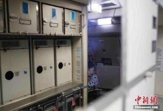 9月29日晚上22时18分和23时19分,东航2架A330-300宽体飞机从上海浦东机场起飞,飞往加勒比海岛国安提瓜和巴布达的维尔·伯德机场,将在那里把从多米尼克转移的中方人员紧急接运回国。图为乘务员正在飞机客舱内做着起飞前的准备。中新社记者 殷立勤 摄