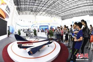 民众参观航空企业展馆。 (摄影:安源)