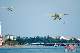 三架赛斯纳208B-EX型水陆两用飞机在海口湾进行飞行表演。
