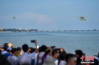 海口民众观看水上飞机低空飞行表演。