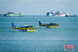 参加飞行表演的赛斯纳208B-EX型水陆两用飞机在海口湾滑行。