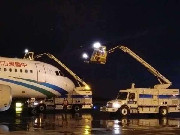 乌鲁木齐机场机务工程部在收到气象部门天气预警后立即启动《冬季航空