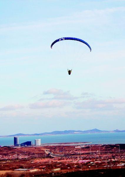 青岛仅有约40人掌握滑翔伞技术 常飞者20多人