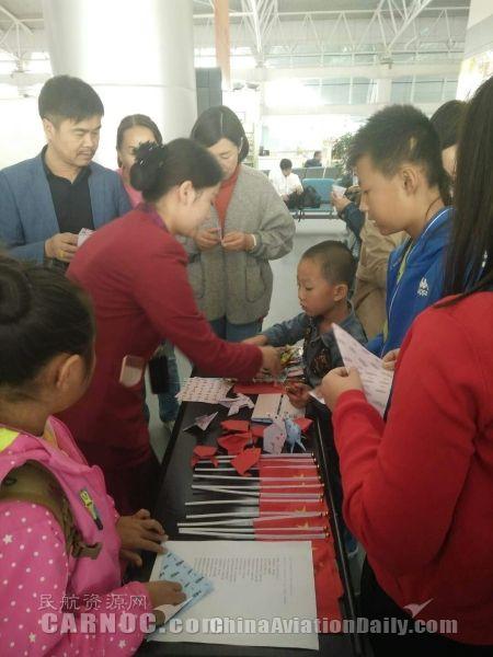嘉峪关机场与旅客开展折纸游戏