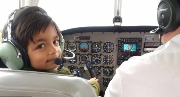 英国7岁男童掌舵飞机 成最年轻飞行学员
