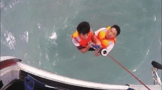 工程船机舱进水 直升机高空吊运5名遇险船员