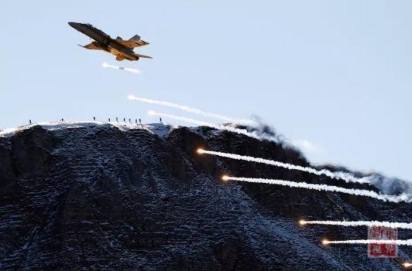 10月11日,在瑞士迈林根空军基地附近,瑞士空军飞机进行飞行表演。