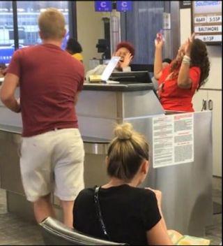 飞机延误乘客候机大厅唱K 意外走红网络