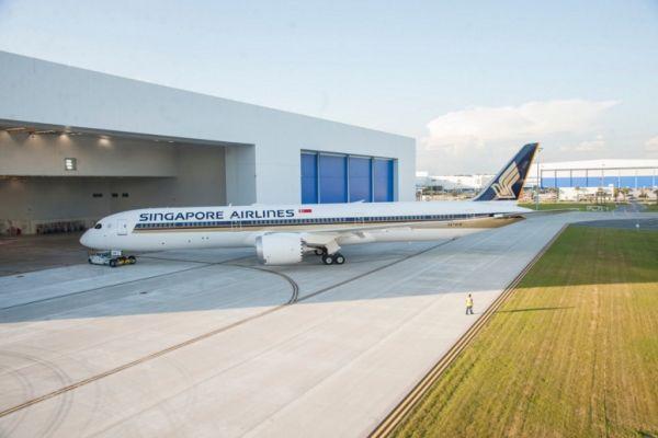 首架新加坡航空涂装787-10完成喷涂,下线亮相