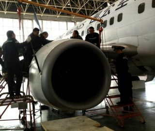 换心有术 山航青岛安全保障飞机右发更换工作