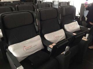 据波音官网报道,澳洲航空首架波音787-9梦想飞机于10月17日在西雅图的波音工厂成功交付。这架飞机在经济舱,高端经济舱以及商务舱的座位设计上都实现了创新,与其他公司的飞机相比,该飞机座位空间变大容纳乘客量变小。其他特点包括:舷窗面积增大以加强空间感,机舱内空气质量提高减少乘客的时差反应以及采用阻尼技术降低气流对机舱的影响。在节能减排方面,该飞机与类似规模的飞机相比所排放的温室气体也更少。