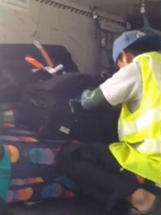 """""""内鬼""""在客机上偷行李遭逮捕"""