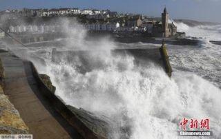史上最强风暴袭击爱尔兰 约200趟航班被取消
