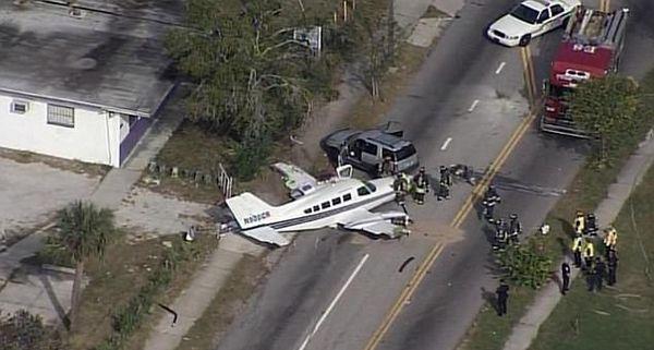 美一飞机紧急迫降马路撞上两辆汽车 致5人受伤