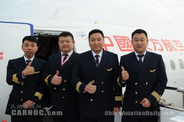 10月29日,东航甘肃分公司迎来第10架空客A320飞机,注册号B-1018。图为本次接机的4名机长:右起依次是马健钟、陈亚伟、曾桐堂、韩征文。