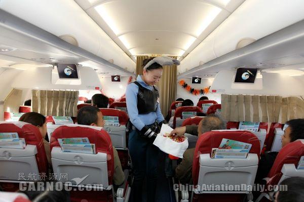 青岛航空万圣节party航班 带着旅客嗨翻全场