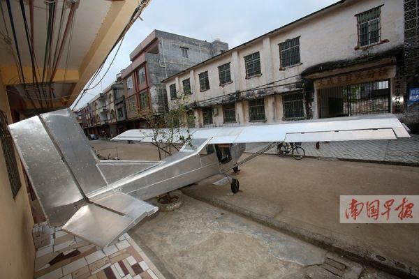 农民手工自制飞机 有违法律试飞前夕被叫停
