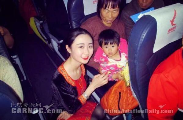 瑞丽航空举办万圣节客舱活动 小旅客不闹有糖吃