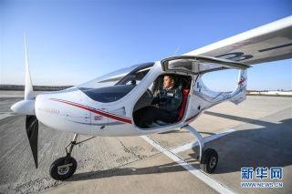 11月1日,飞行员在起飞前对RX1E-A型飞机进行检查。