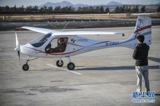 11月1日,飞行员驾驶RX1E-A型飞机准备起飞。