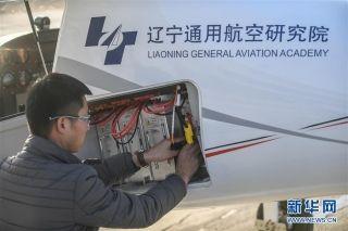 11月1日,地勤人员在起飞前对RX1E-A型飞机电池组进行检查。