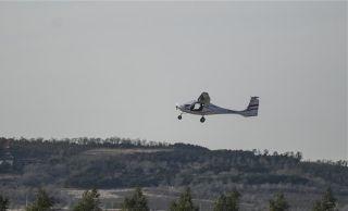 续航2小时 RX1E-A增程型双座电动飞机成功首飞