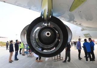 技术人员正在对第二架C919进行发动机点火前的准备工作。