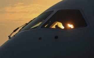 机舱内的技术人员竖起大拇指示意。