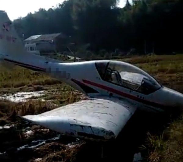 湖南一飞机迫降稻田 机翼受损机上两人无大碍