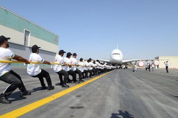 迪拜警察拖动A380客机 创吉尼斯世界记录