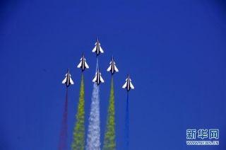 中国空军八一飞行表演队亮相迪拜航展。