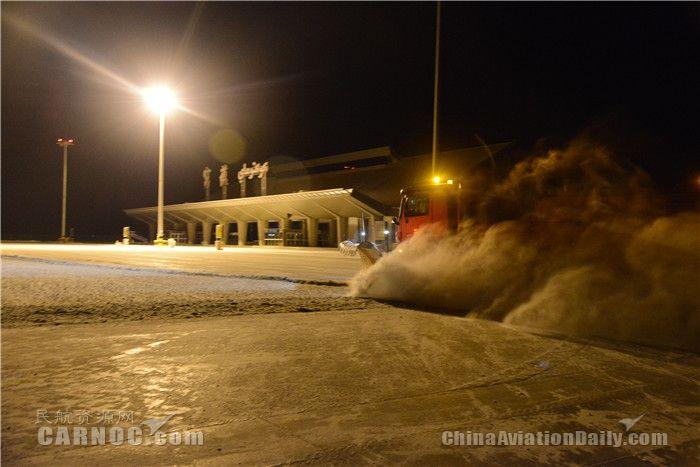 航班取消 富蕴可可托海机场全力应对强降雪